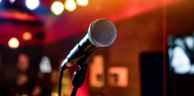 el karaoke entre las ideas para una despedida de soltera en madrid