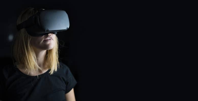 mujer usando la realidad virtual